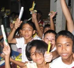 鉛筆と歯ブラシをもらった子どもたち